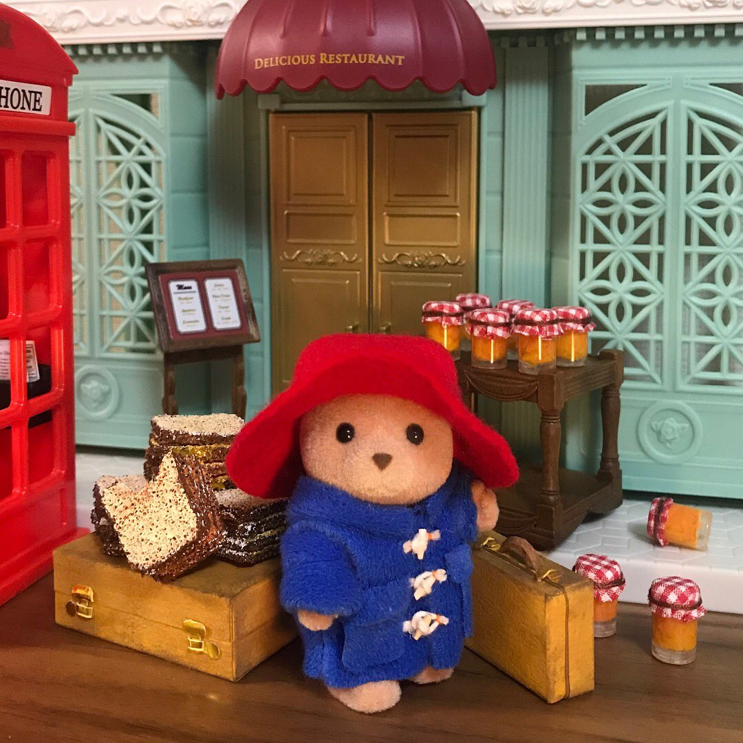 先週見たパディントン2があまりにもかわいい映画だったのでシルバニアで再現に挑戦。現行のクマはハニー色なので昔のクマをメルカリで探した。昔ロンドンで買ったイギリス限定の電話ボックスが活きる時が来た!🍊🍊🍊
