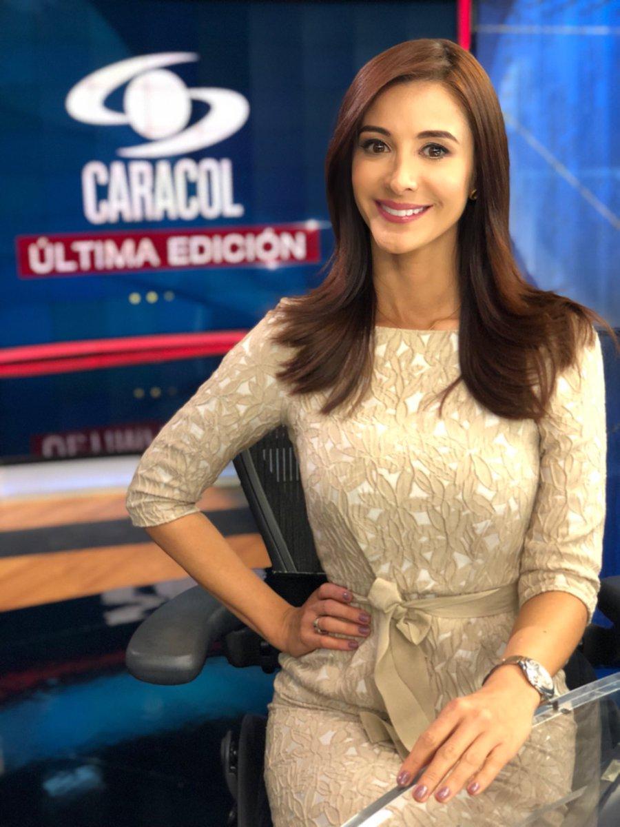 """Alejandra Giraldo ar Twitter: """"Qué dicha tener esta profesión, y que honor ejercerla en esta casa @NoticiasCaracol #FelizDíaDelPeriodista . . Los espero en #ÚltimaEdición… https://t.co/RQ2bNMtGf8"""""""