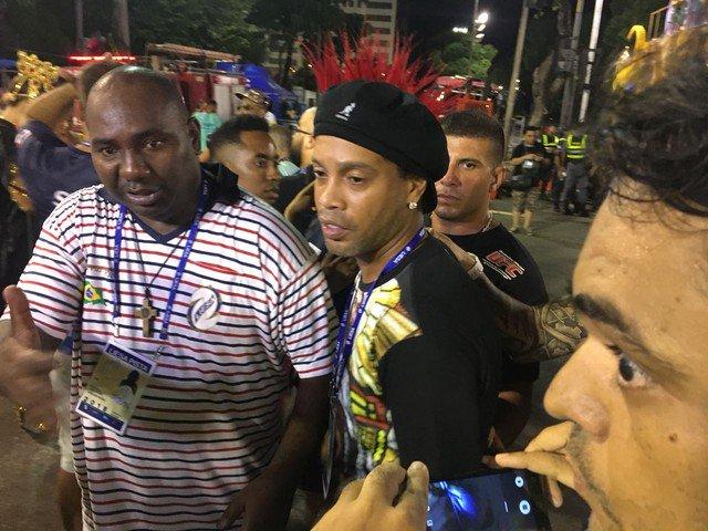 Ronaldinho Gaúcho se emociona antes de desfile da Estácio de Sá: 'Torço e sofro'; veja vídeo https://t.co/ScalwPh6Dm #G1