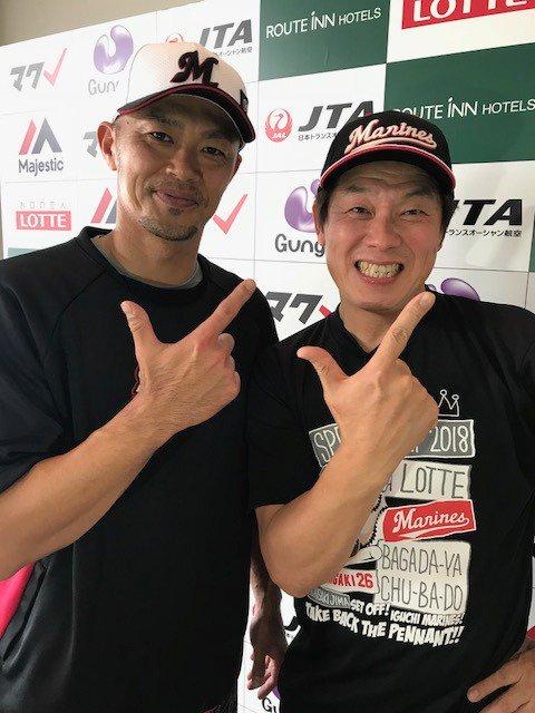 取材で訪れたお笑いタレントのレッド吉田さんとマクレポーズをとる福浦選手。(広報) #chibalotte #2018年マリーンズ春季キャンプ