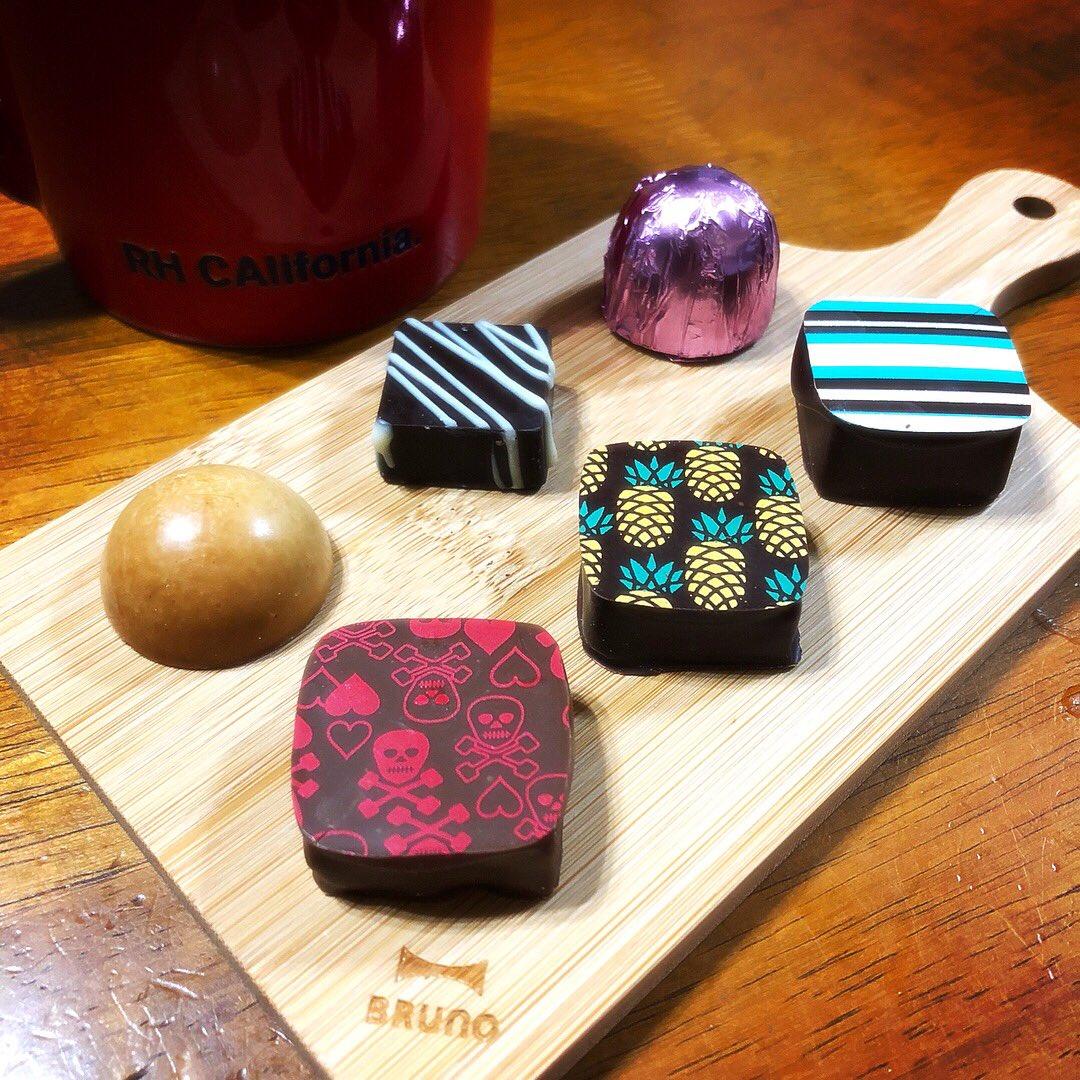 今年のバレンタインは娘がいろんなお友達に配るので子供が好きそうなカラフルなチョコレートを作ってみましたっ!  これ色変えたらえんぴつの芯みたいに見えるでしょ?