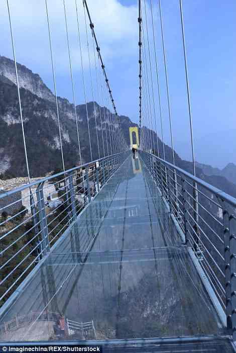 В Китае открылся самый высокий стеклянный мост - на высоте более 180 метров от земли