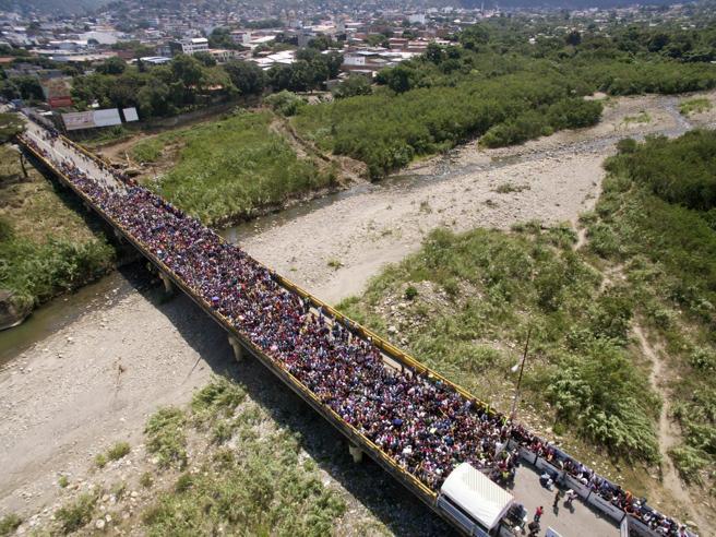 Il ponte dove ogni giorno 40mila venezuelani fanno la fila per andare in Colombia https://t.co/vZZq56RpTR