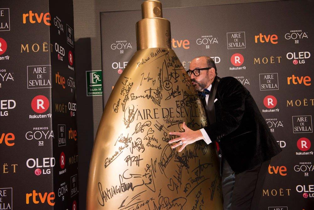 A quién le gusta más el #PerfumeAiredeSevilla  ¿A @josecorbacho o a ti?  #PerfumesAiredeSevilla #SanValentín  Fotografía: @irenemeritxell https://t.co/Ym3Q5GTn9i https://t.co/tJ8BVUL1Jg