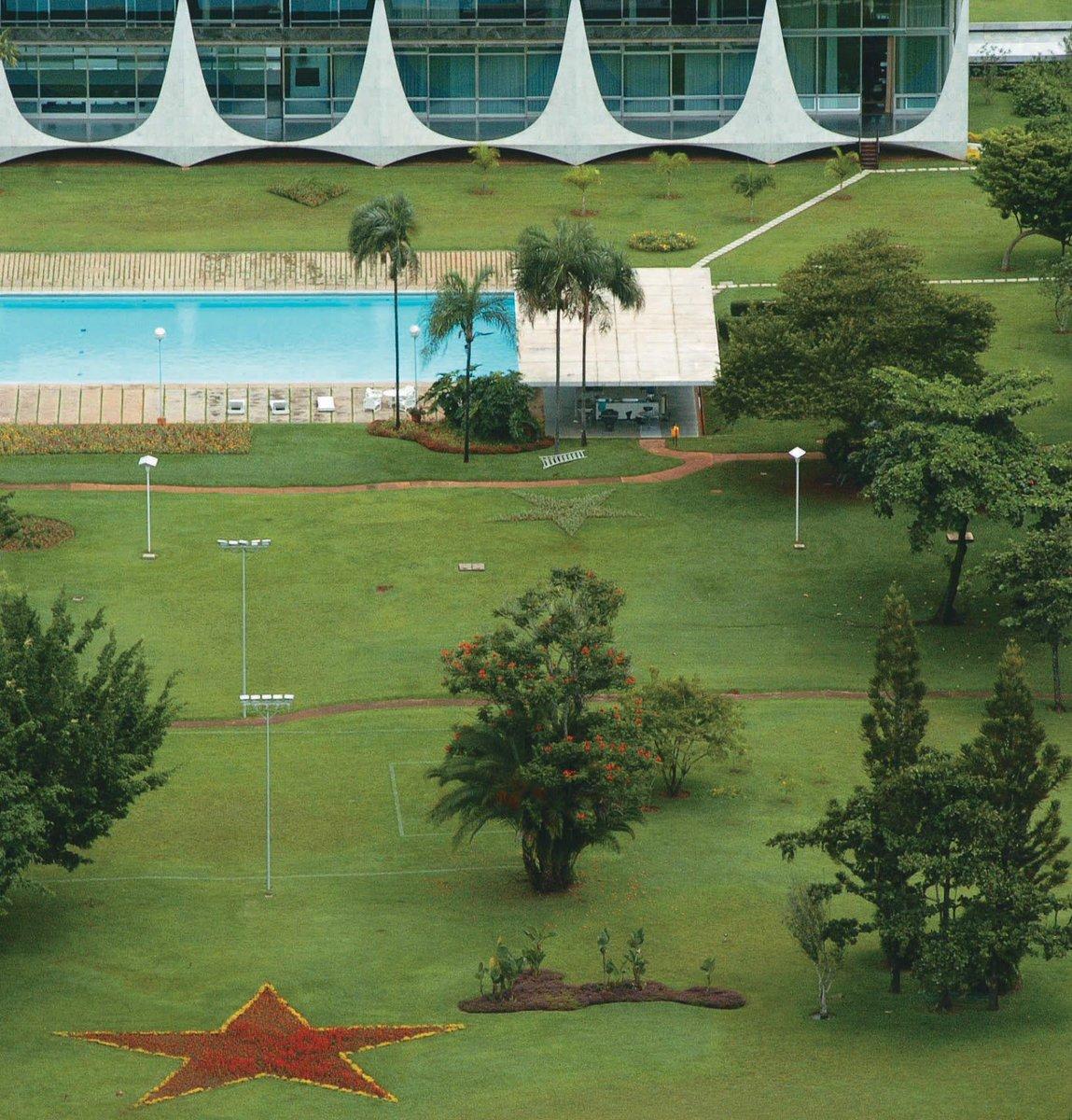 A foto abaixo, da época de Lula presidente, 'insinua' que uma estrela vermelha brotou nos jardins do Palácio do Alvorada. Não posso afirmar que a grama foi podada para dar lugar a uma estrela. Ou melhor: até posso, mas, por prudência, não o faço.