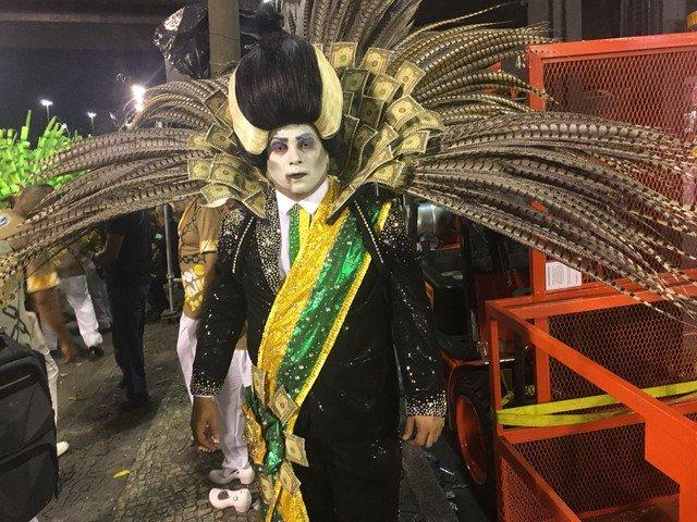 Desfile da Paraíso do Tuiuti tem presidente vampiro de destaque https://t.co/qGxnTt43CA #G1 #globeleza