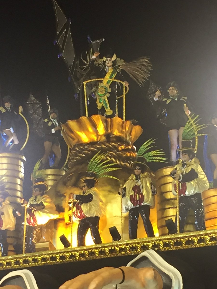 """Com seu Temer vampiro, Tuiuti encerra seu desfile aclamada. Em seguida, gritos de """"Fora, Temer"""" nos setores finais da Avenida #carnavalrj #carnaval2018"""