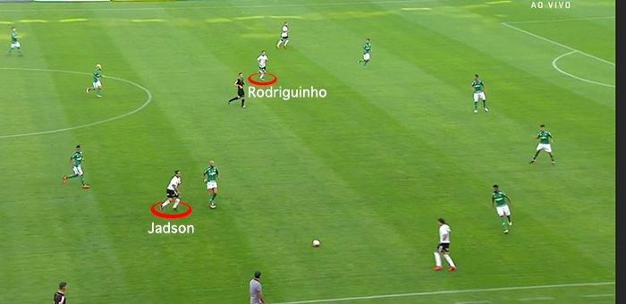 Corinthians joga num 4-2-3-1, com Rodriguinho e Jadson se revezando no papel de '1'. Com a bola, os dois buscam recuar e explorar o espaço à frente da linha defensiva do Palmeiras - uma tentativa de tirar os zagueiros do lugar e abrir espaço para infiltrações na área.