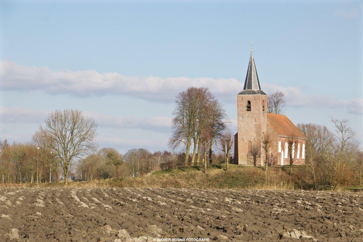 """Zó mooi is de provincie Groningen. в Twitter: """"De kerk van Eenum is een van  de oudste bakstenen kerken in de provincie Groningen. De romaanse kerk  staat op een wierde in de"""