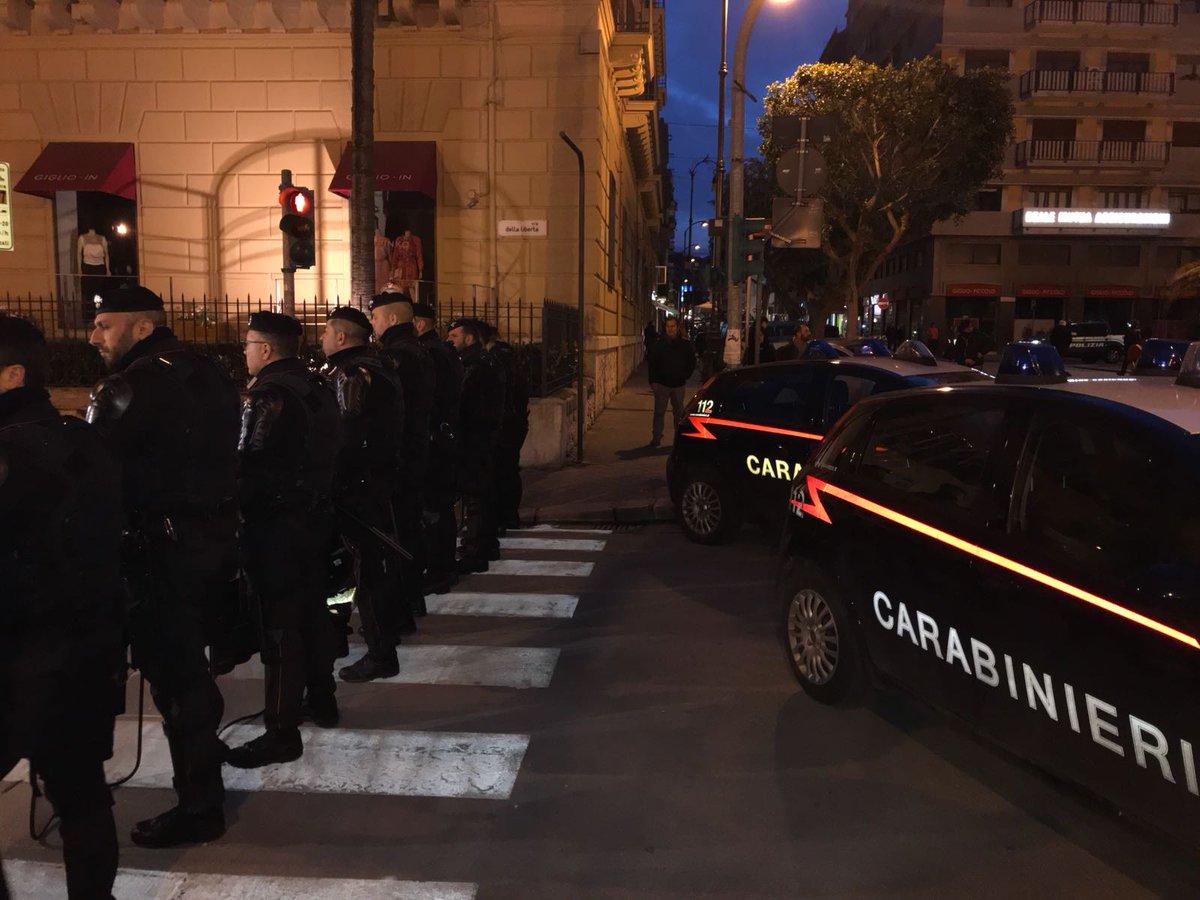Forze dell'ordine schierate a #Palermo in attesa del leader di #ForzaNuova #RobertoFiore ⬇️