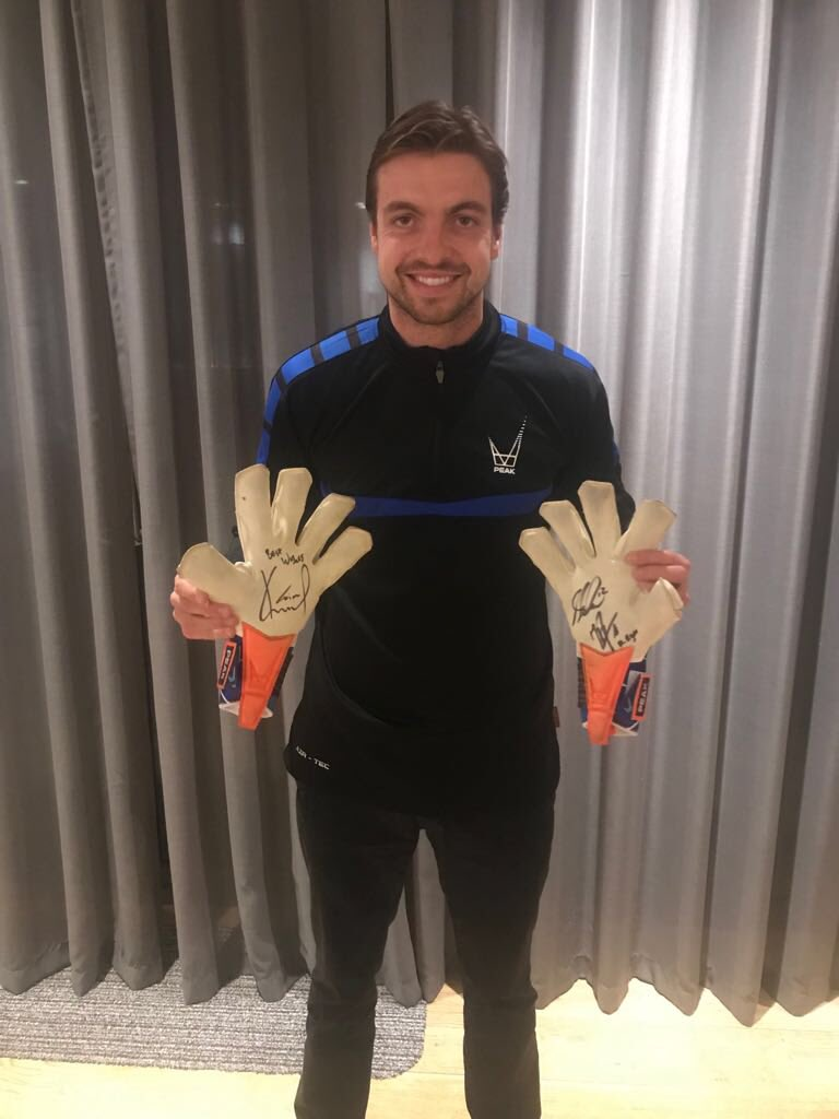 Massive 3 points today. Doing a giveaway of these @PeakSportsUK match worn gloves signed by me, Matt Ryan and Niki Mäenpää! Retweet and like for a chance to win. #peak #giveaway