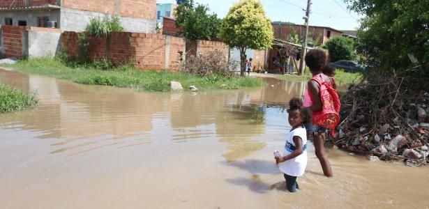 Menina anda com água nos joelhos para ir à escola no Rio: 'Não tem por onde fugir', diz babá https://t.co/A1iDPLqHZo