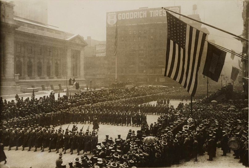 Feb 22, 1918 - US soldiers parading past library at 41st Street and Fifth Avenue, Manhattan #100yearsago