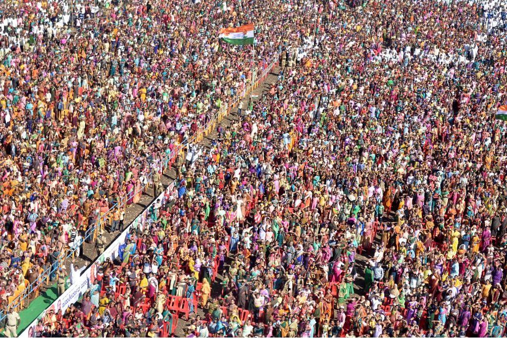 A huge enthusiastic crowd waits to hear the Congress President Rahul Gandhi speak at Jamakhandi, Karnataka #JanaAashirwadaYatre #NavaKarnatakaNirmana