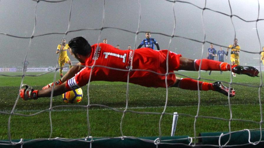 TS:  Buffon-Papu: Gomez venera il portierone, ma rode ancora per il rigore sbagliato e stasera vuole prendersi la rivincita► ow.ly/b9e430iBePx