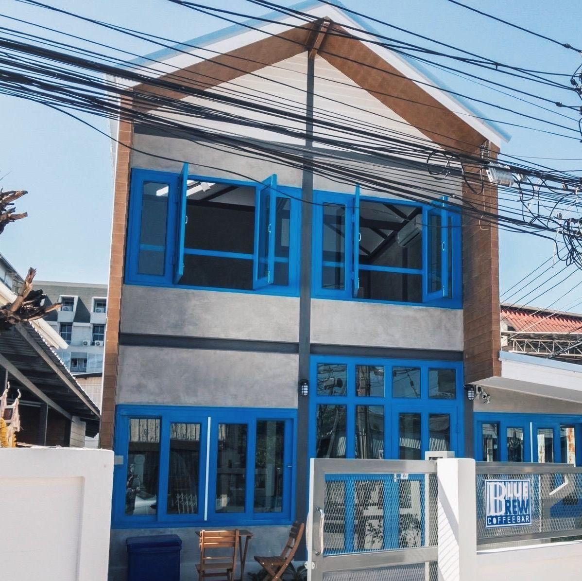 "Wongnai na Twitteru: ""คาเฟ่สีฟ้าเล็กๆ น่ารักแห่งเมืองโคราช  ใครชอบสีฟ้าต้องชอบร้านนี้แน่นอนน! 😍 แถมไม่ต้องหวั่นเรื่องที่จอด!  เพราะร้านเขามีที่จอดรถให้เหลือเฟือ! 📍Blue Brew Coffee Bar : ซ.เสาธง1  นครราชสีมา 📷นักรีวิววงใน #วงในพาแดก… https://t.co ..."