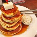 リーズナブルな価格ながら満足度が高い!?「5段重ねパンケーキ」!