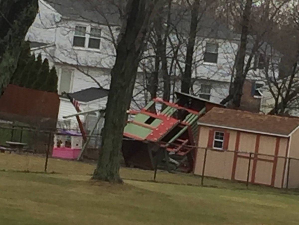 Whoa! It's definitely windy out there, judging by this viewer photo from Hamburg. If you can safely take a photo of wind damage in your area, send it our way #BeOn2