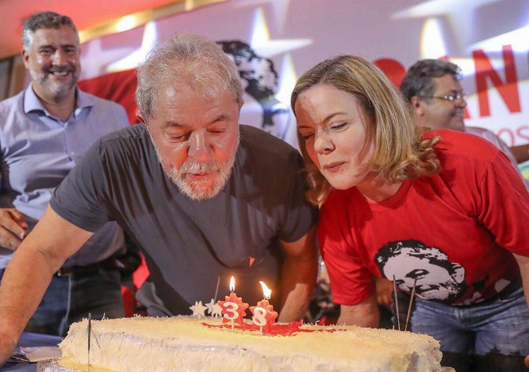 """Presidente do PT diz duvidar que STF impeça prisão de Lula a tempo. Gleisi Hoffmann disse que querem prender o ex-presidente para """"humilhar""""."""