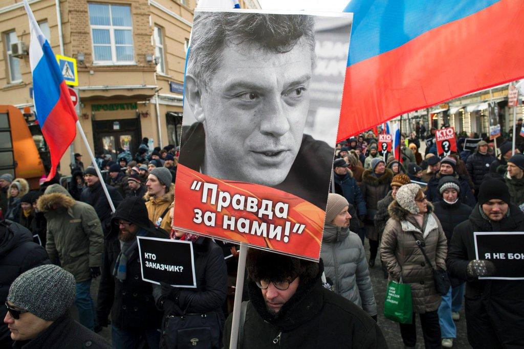 Mosca, migliaia di persone sfidano il gelo e marciano per ricordare Boris #Nemtsov, l'oppositore ucciso 3 anni fa sul ponte che porta alla Piazza Rossa → https://t.co/KROZMDXpnD