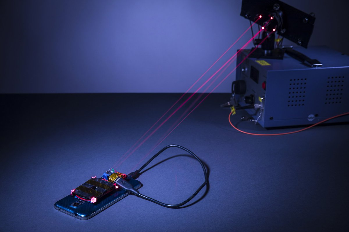 Using a #Laser to #Wirelessly #Charge a #Smartphone Safely across a Room with safety #guard beams   http:// infowebbie.com/scienceupdate/ using-laser-wirelessly-charge-smartphone-safely-across-room/ &nbsp; … <br>http://pic.twitter.com/mepMs1crNE