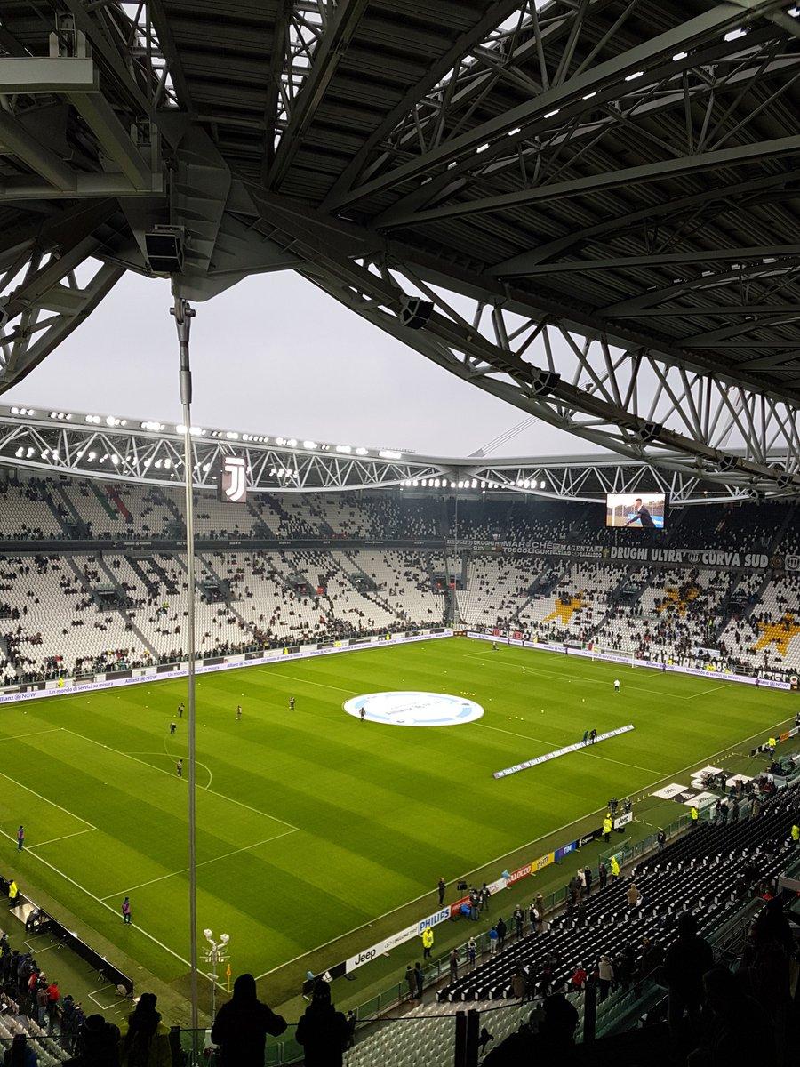 Un ora fa vs/ adesso... Nevica (molto) a Torino ! Che freddoooo 😨❄❄❄☃☃⚽ Buona partita a tutti ! ⚪⚫💪🏻 #JuveAtalanta #FinoAllaFine #ForzaJuve
