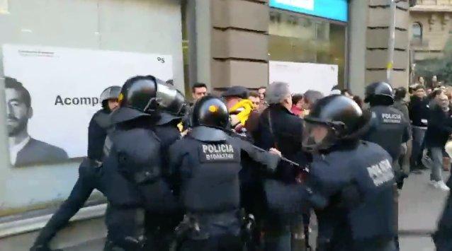 VÍDEO | Los Mossos desalojan a empujones las inmediaciones del Palau de la Música de Barcelona, donde está prevista la llegada del rey https://t.co/AnoaJ1rCrD