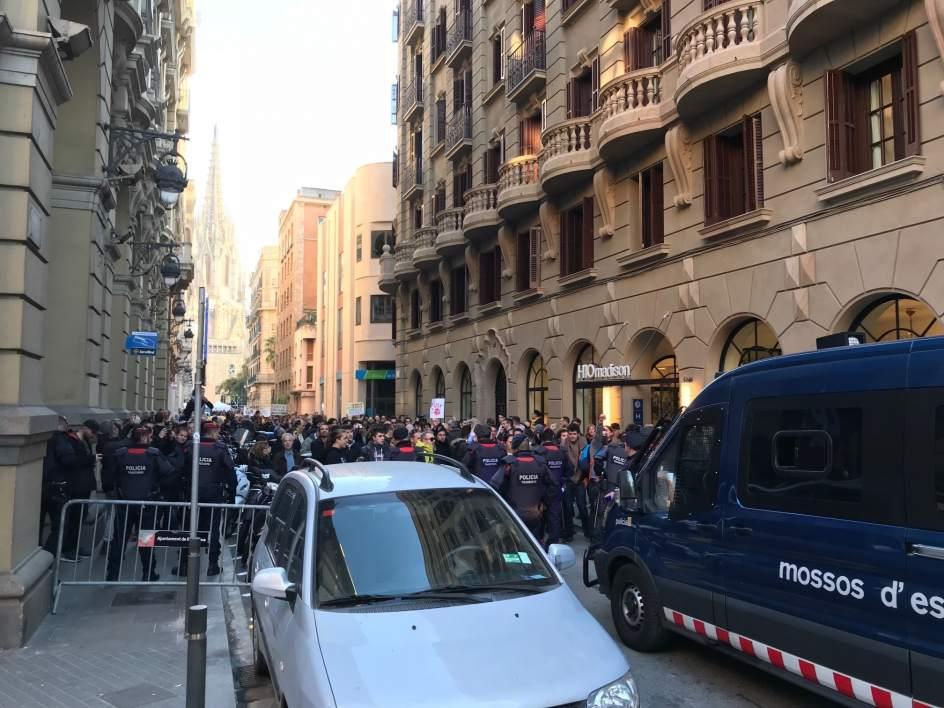 Los Mossos cortan la Via Laietana de Barcelona por protestas contra la visita del rey https://t.co/P0Z2VFS5bN