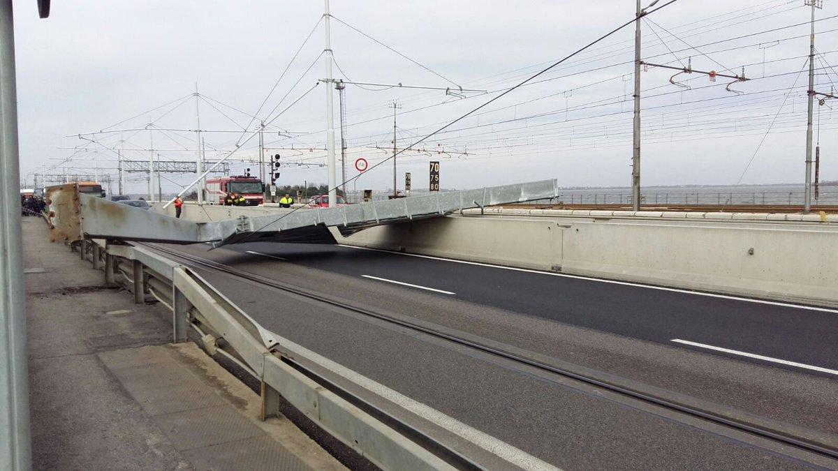 Venezia, riaperto il Ponte della Libertà dopo la caduta del pilone. https://t.co/BhLLYmyY1S