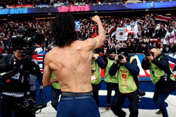 🇺🇾 l Cavani com a camisa do Paris Saint-Germain:  ▪ 234 jogos oficiais ▪ 161 gols (maior artilheiro da história do clube) ▪ 30 assistências  ⏩ Na Ligue 1 2017/18: 24 gols em 25 jogos. MONSTRO.