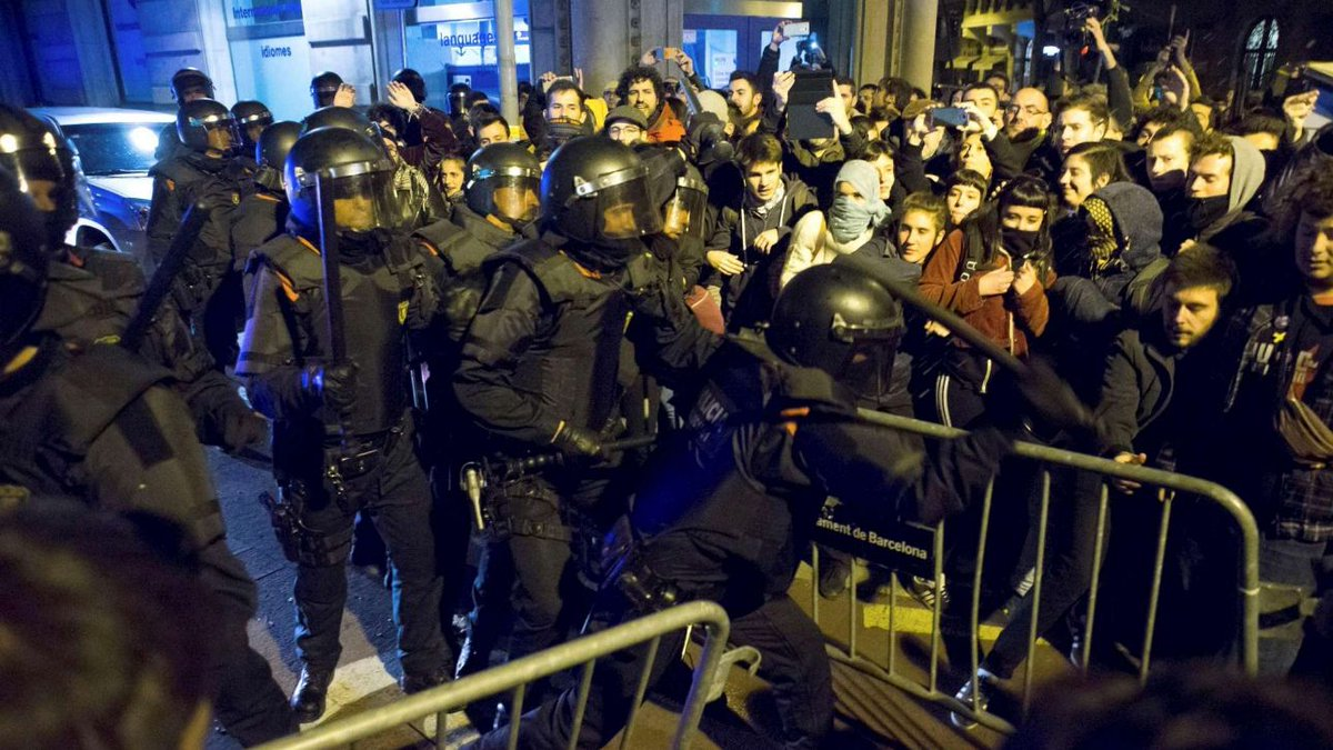Catalogna, carica polizia a manifestazione contro Re: feriti #catalogna https://t.co/oaoJe5UjHE