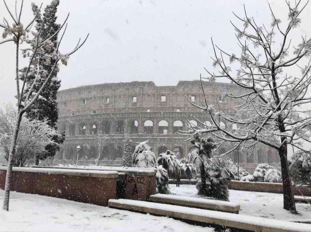 #nevearoma che spettacolo il #Colosseo innevato sembra quasi #Natale #26febbraio 2018 ❄️💫🔝❄️🎄 @3BMeteo @TrastevereRM @BeautyfromItaly @SaiCheARoma @claviggi @romewise