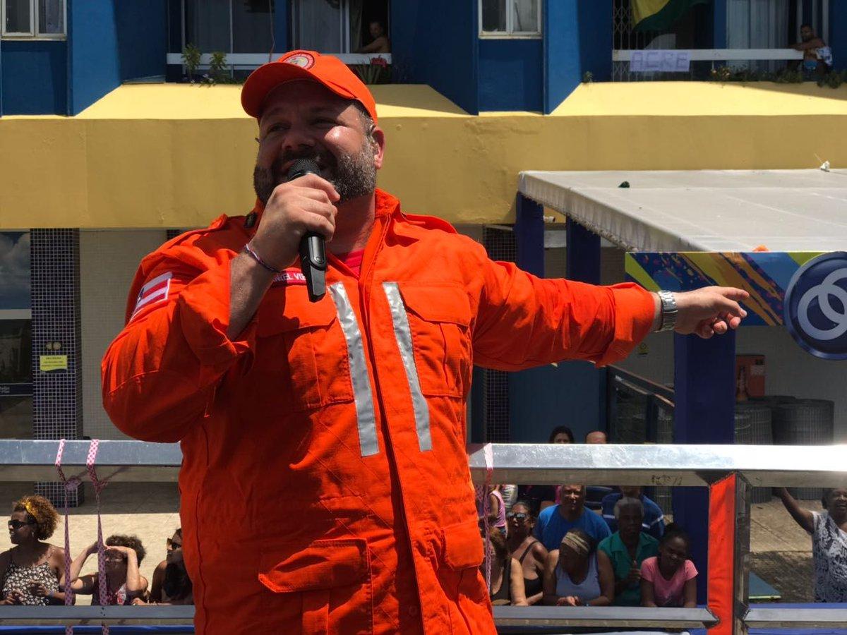 Vestido de bombeiro em homenagem à categoria, Danniel Vieira comanda trio no Arrastão https://t.co/CCBAxD7iks