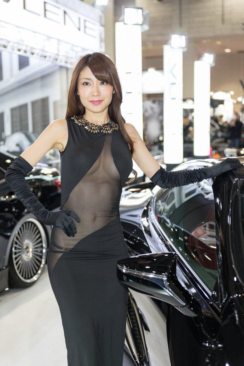 黒のロングドレスセクシーなモーターショーコンパニオン