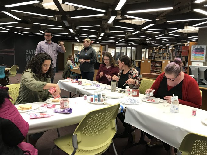 Come decorate FREE cookies for #ValentinesDay on the main level of @UISLib until 4 p.m. today. Happy Valentine's Day! https://t.co/tLYWo708fM