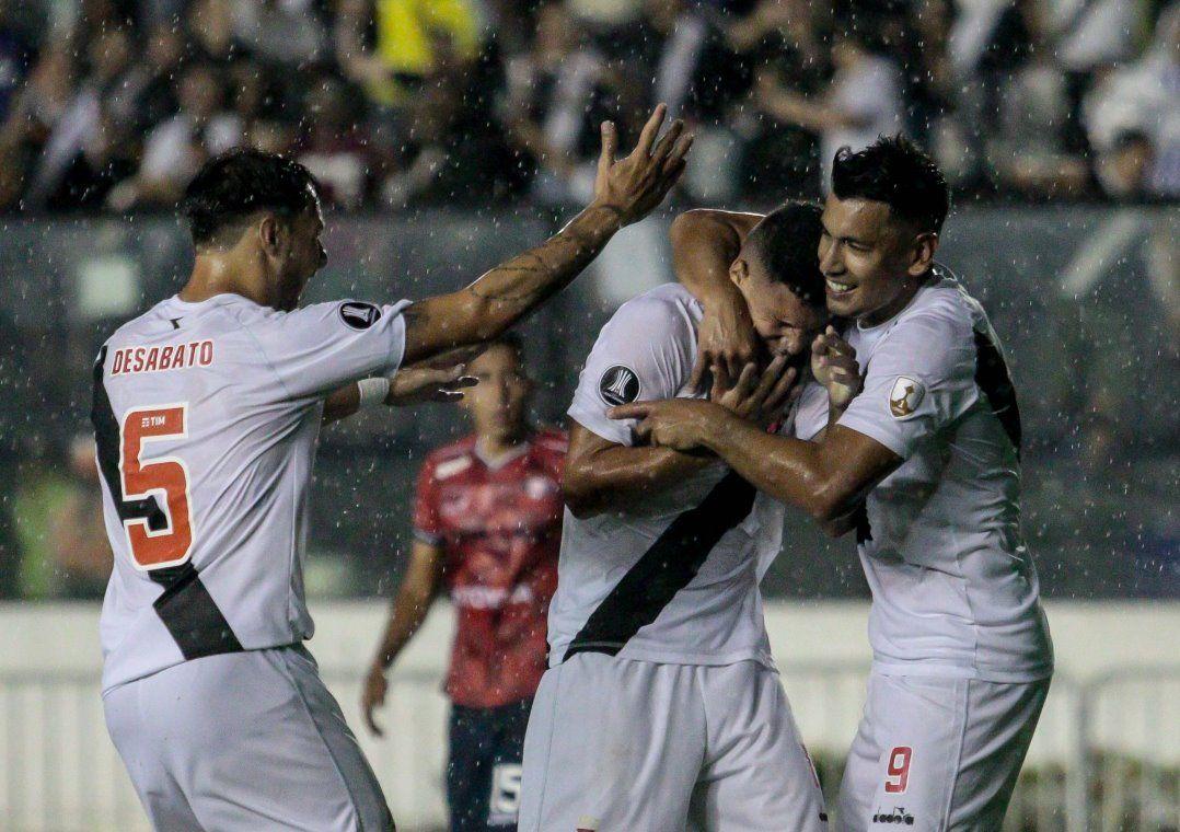 Vasco goleia J. Wilstermann e se aproxima da fase de grupos. Cariocas fazem 4 a 0 em São Januário e levam grande vantagem para definir a vaga na Bolívia.