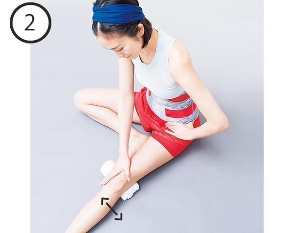 ✨まっすぐ脚のつくり方✨  ①膝裏にタオルを置き片足を伸ばして片手で鼠蹊部を抑える  ②もう片方の手で腿を持って、左右にクルクル揺らす  ※股関節から膝の動きを引き出して 膝の筋肉が正しく使えるようになります❗