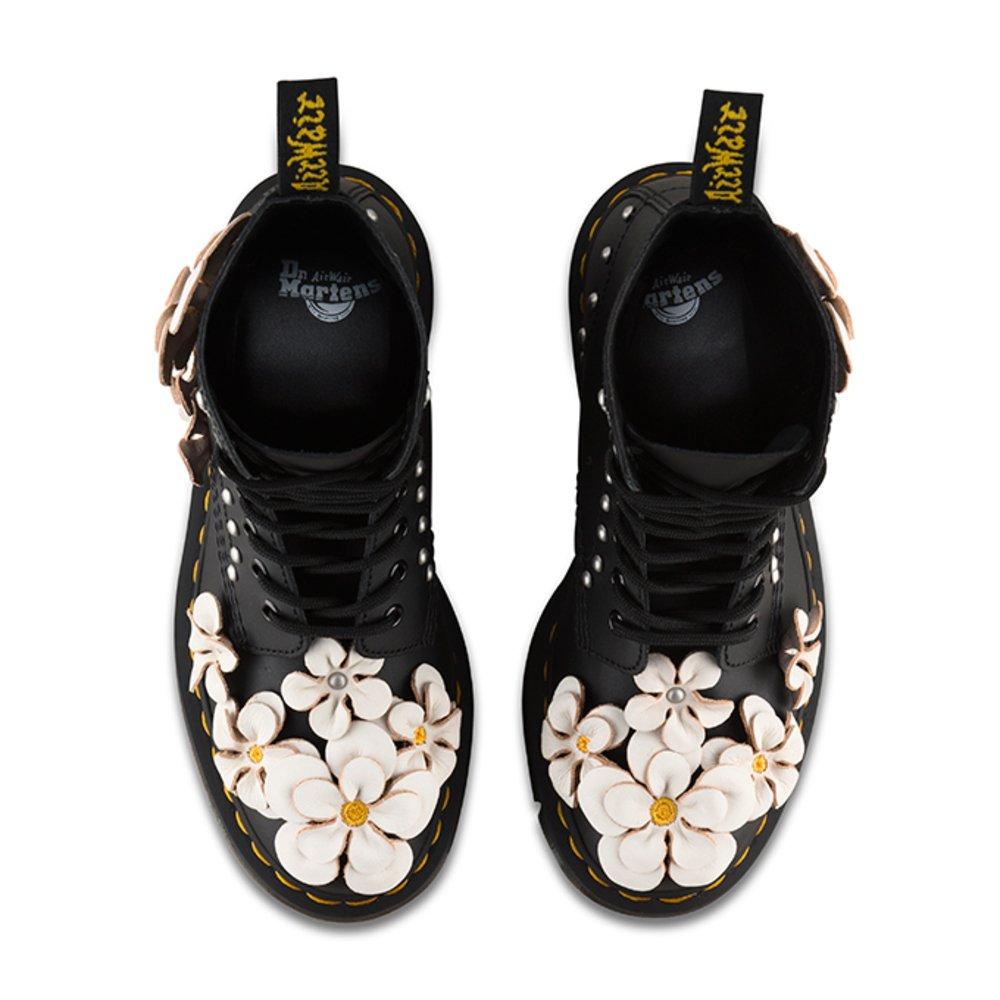 ドクターマーチン、花のアップリケをデザインした新作ブーツ&シューズ - ツアーTシャツも -