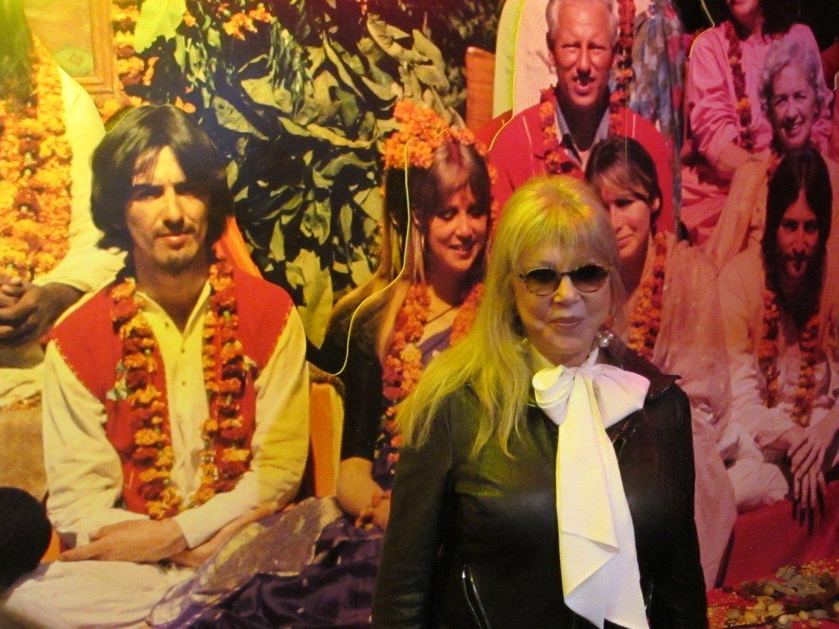 """""""Los Beatles estaban perdidos cuando viajaron a India"""". Pattie Boyd, la primera mujer de George Harrison, recuerda la incursión en la meditación trasncedental con el Maharishi al cabo de 50 años. http://www.elmundo.es/cultura/musica/2018/02/15/5a848a43ca4741d72c8b45cb.html…pic.twitter.com/CFzbzCvXUc"""