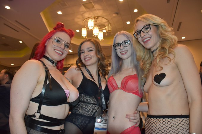 3 pic. With @missmarymoody  @ScarlettFoxPlay & @KaatMonroe at the @AEexpo photo by @Neoone101 ❤ https://t