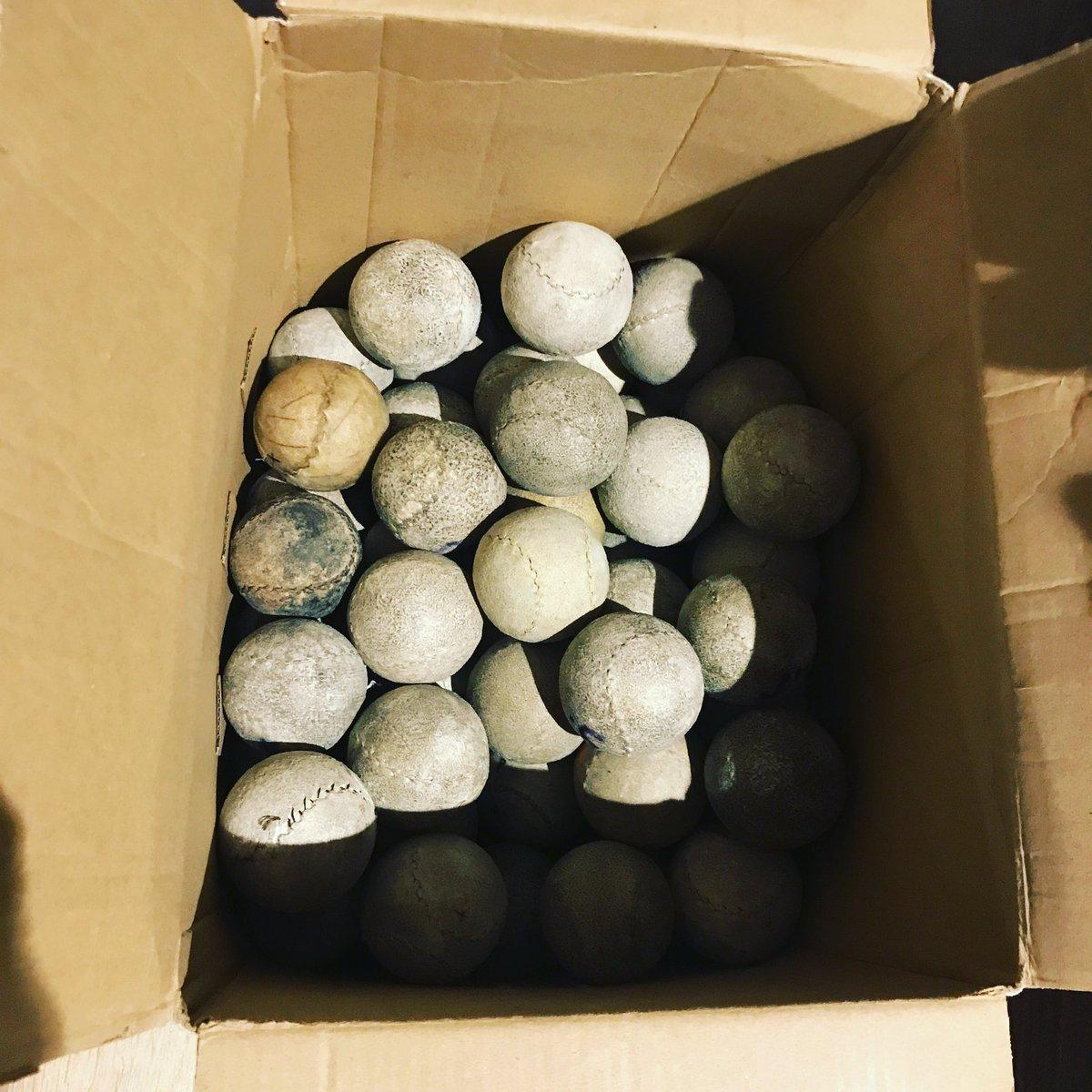 Manoseando pelotas usadas de pelotaris en @PelotariProject #gustirrinín