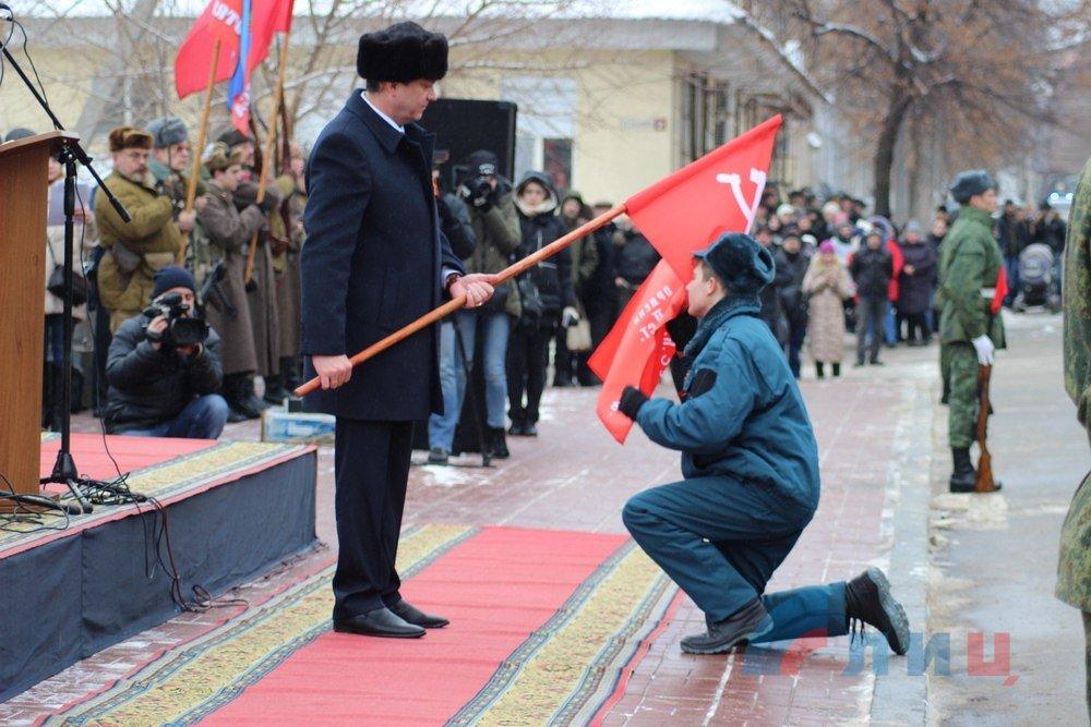 """""""Шапки Януковича"""" та соціалістичний прапор: як в """"ЛНР"""" відзначали річницю звільнення міста (фото)"""