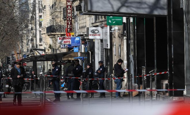 Bank robber shot during hold-up off #Paris #ChampsElysees || https://t.co/cxvmrw8xX2