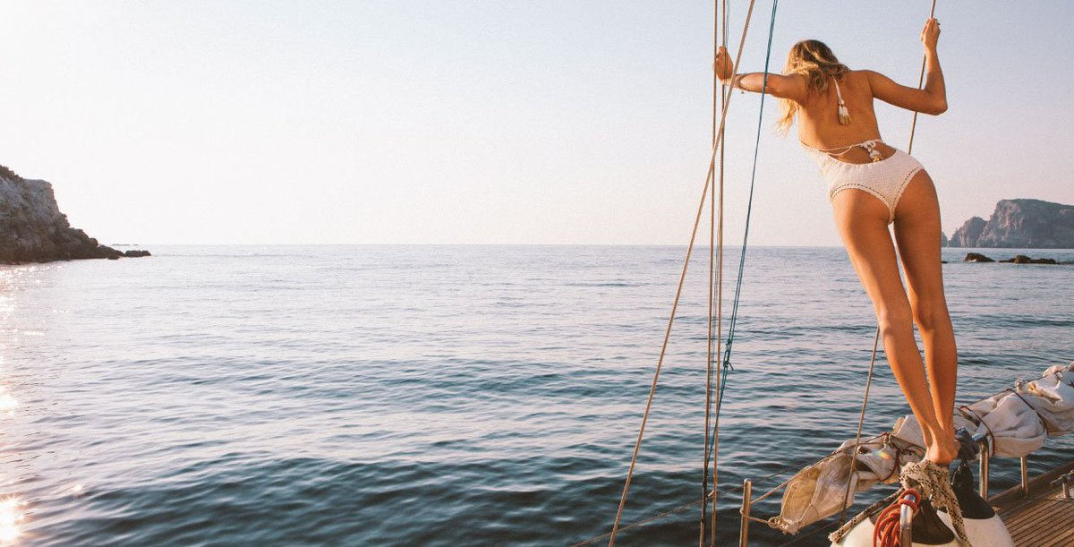 Страстный секс на яхте в открытом океане