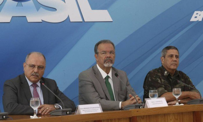 À direita de @Raul_Jungmann , o general Etchegoyen - mentor da ultra-direita militar no Brasil. O pai do general era tido como um homem muito próximo dos aparatos de inteligência dos Estados Unidos, durante a ditadura. Golpismo é herança familiar...