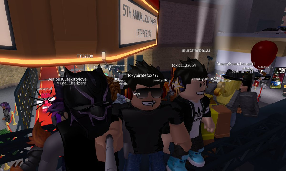 Hanging out at the red carpet with some fans :) #BloxyAwards