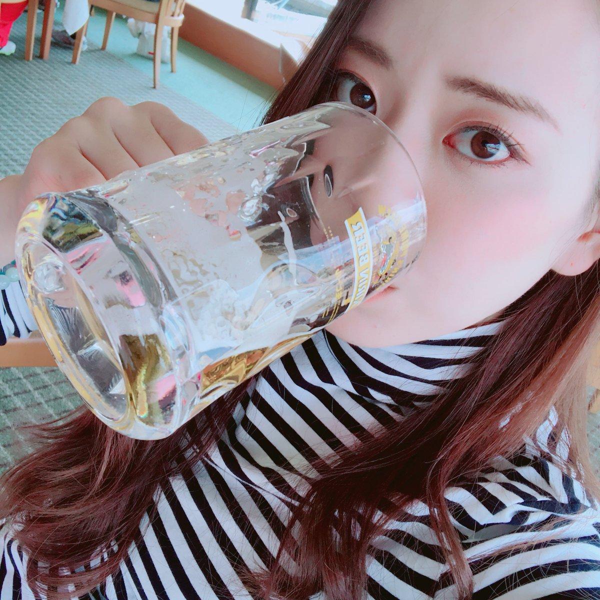 ビールを飲む関根りさ