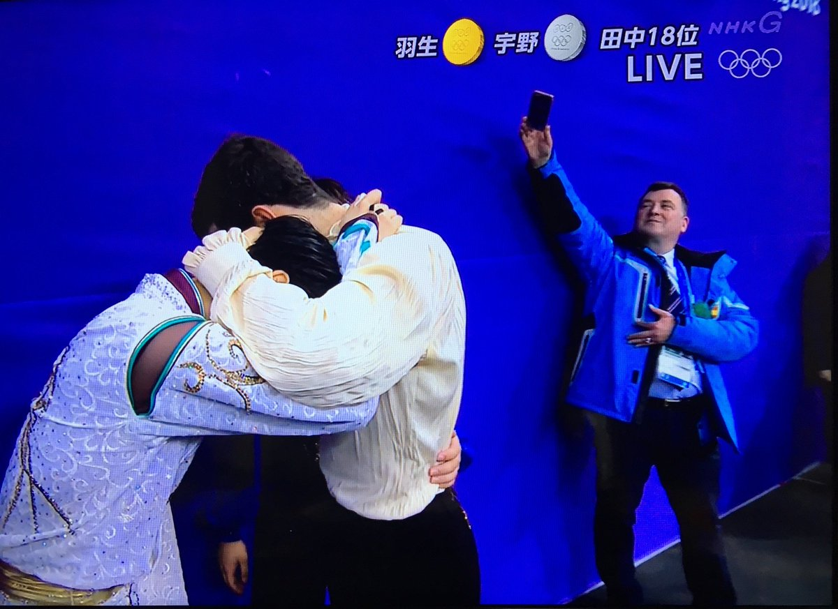 メダリストが皆で抱き合って泣いてるシーン観て大泣きしてたら 後ろで愛弟子達の名シーンを必死に撮るオーサーコーチが可愛すぎて 結果的に笑ってしまってる