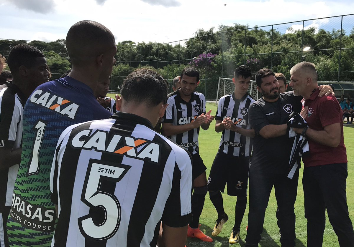NÃO É SÓ FUTEBOL!  Antes do clássico entre Botafogo e Fluminense no CEFAT, o técnico Eduardo Barroca e todos os atletas do Sub-20 alvinegro prestaram uma bonita homenagem ao treinador tricolor Léo Percovich e ao seu filho, vítimas de um acidente de carro no ano passado. 👏🏼🙏🏼
