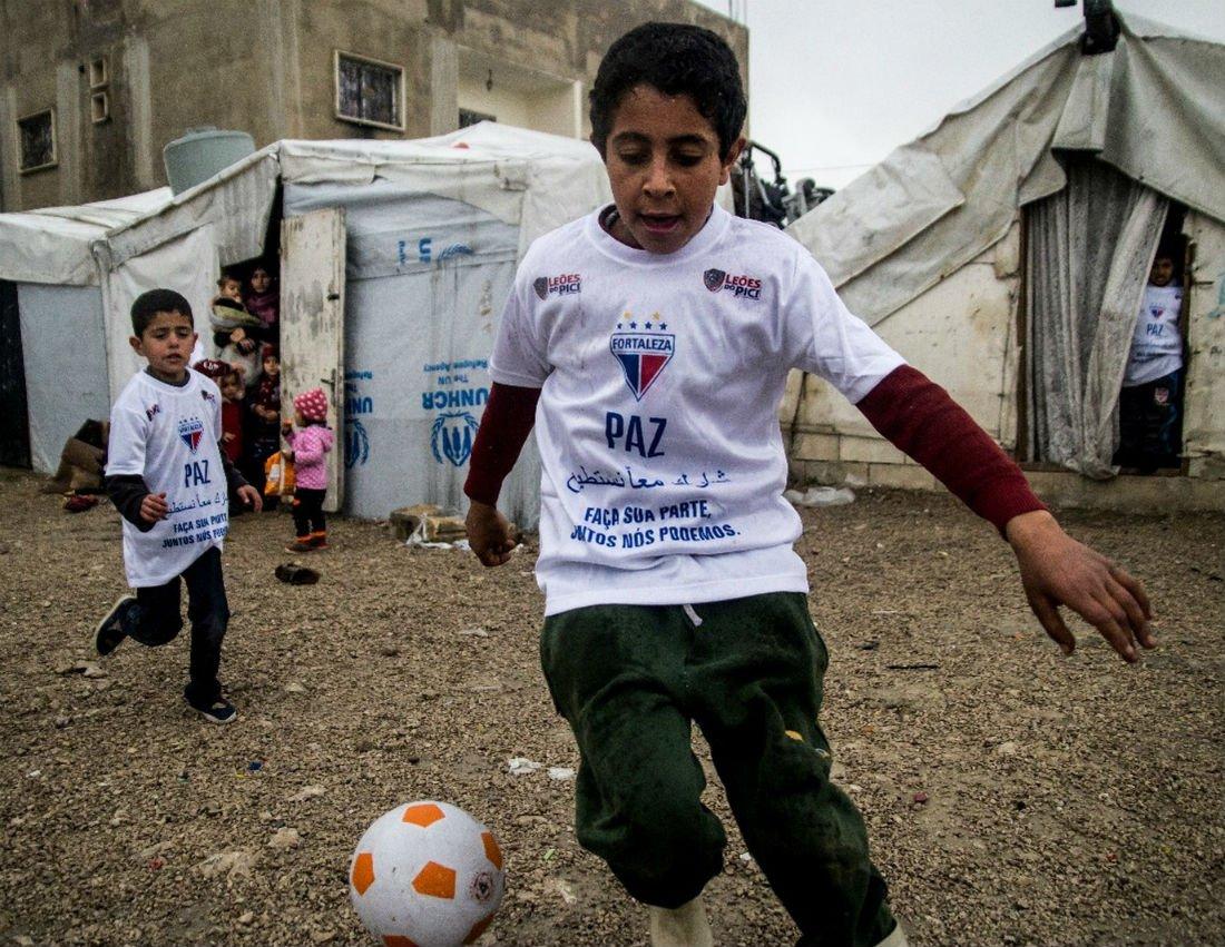 Projeto promove entrega de camisas do Fortaleza em campos de refugiados sírios e palestinos no Líbano https://t.co/BhTjc3crz9